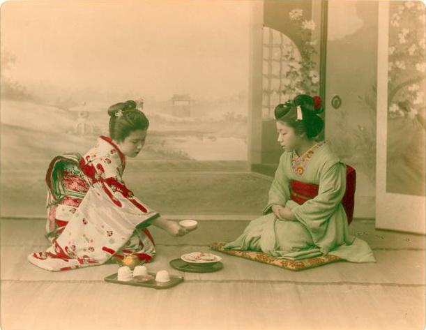 佚名,《侍茶女子》,1890-1899年。蛋白相紙手工上色。(紐約公共圖書館藏)The Miriam and Ira D. Wallach Division of Art, Prints and Photographs Photography Collection, The New York Public Library. (1890-1909). Women Serving Tea.