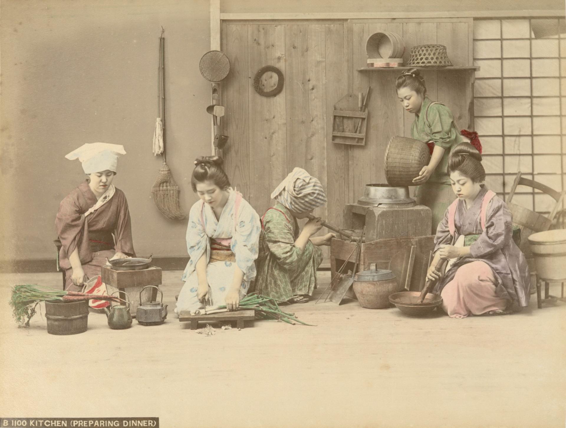 (裁剪) 佚名,《伙房(備晚膳)》,1890-1899年。蛋白相紙手工上色。(紐約公共圖書館藏)The Miriam and Ira D. Wallach Division of Art, Prints and Photographs Photography Collection, The New York Public Library. (1890-1899).Kitchen (preparing dinner).