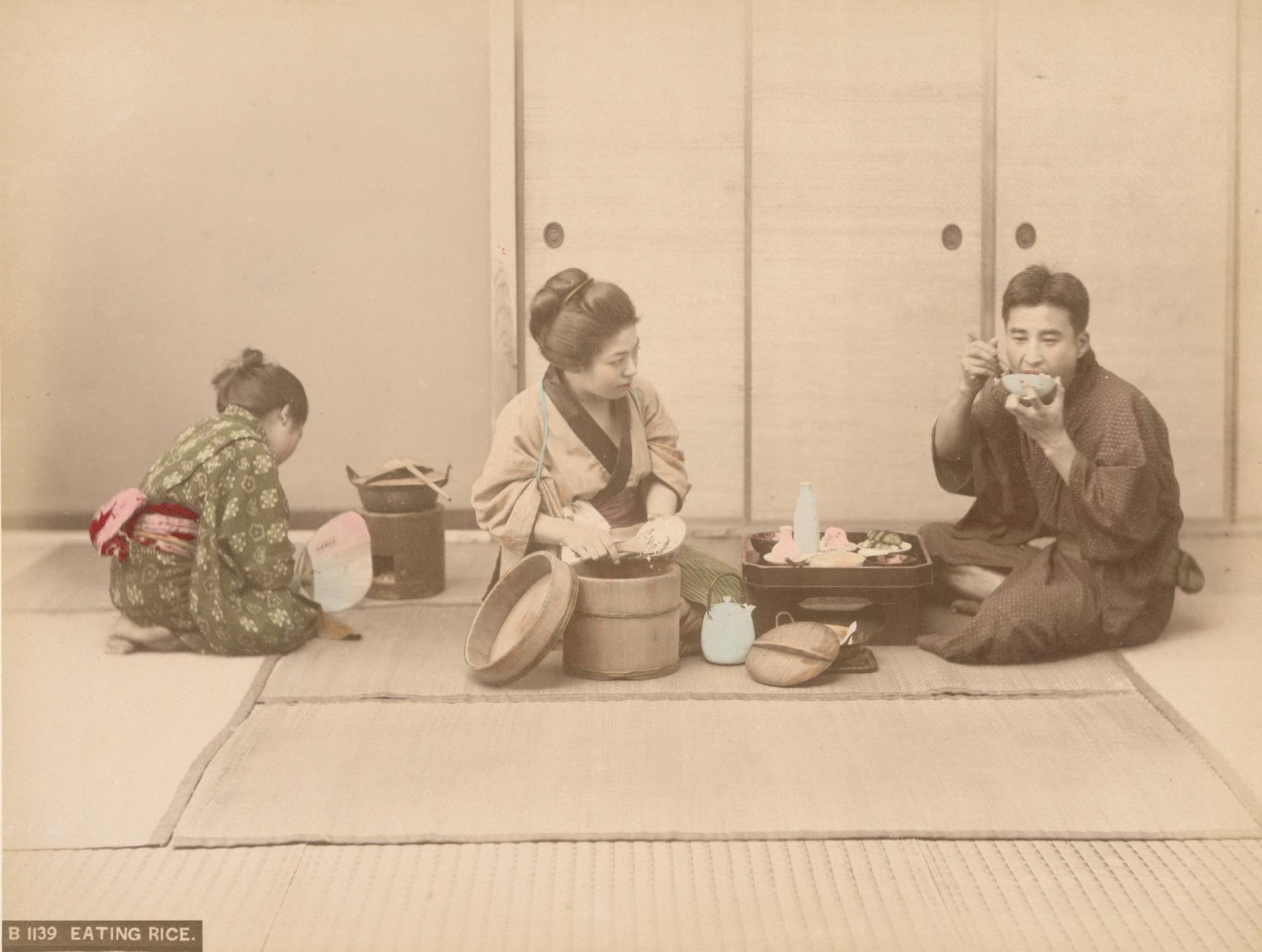 (裁剪) 佚名,《用膳》,1890-1899年。蛋白相紙手工上色。(紐約公共圖書館藏)The Miriam and Ira D. Wallach Division of Art, Prints and Photographs Photography Collection, The New York Public Library. (1890-1899). Eating Rice.