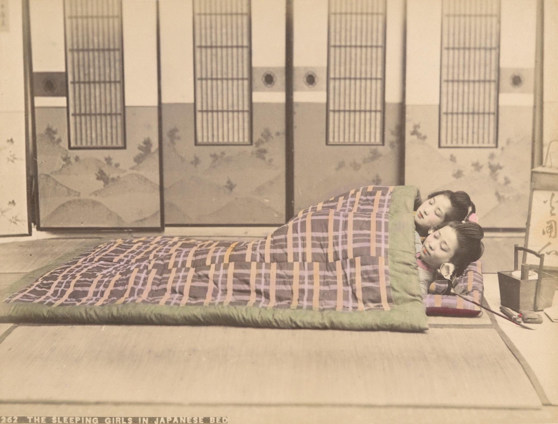 (裁切) 佚名,《在日式被褥就寢的女孩們》,1890-1899年。蛋白相紙手工上色。(紐約公共圖書館藏)