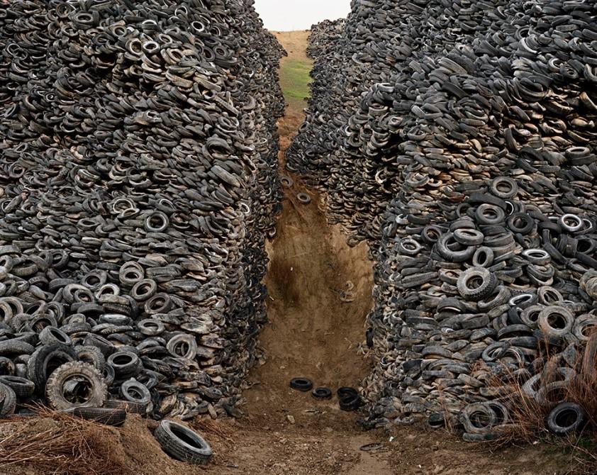 Edward Burtynsky, Oxford Tire Pile # 8, 1999.