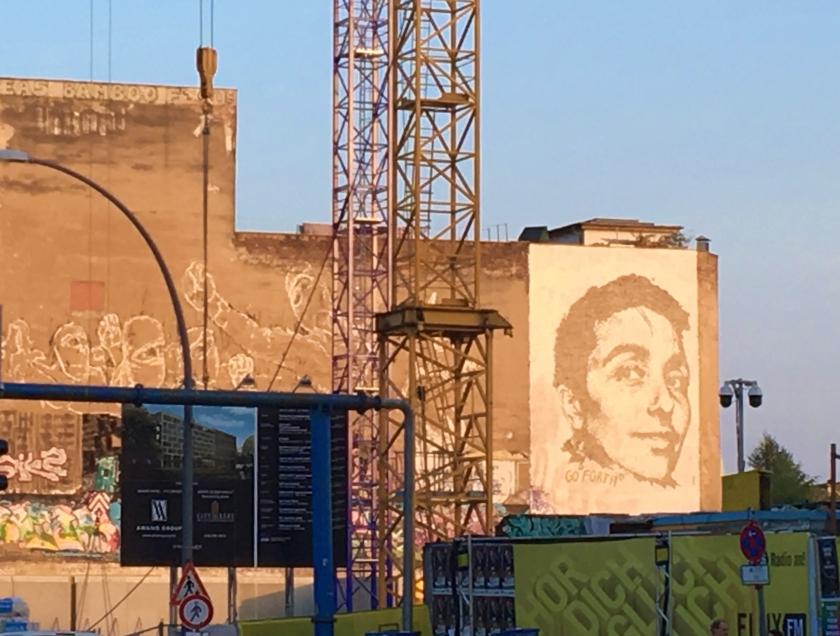 3. Vhil出現於城市角落的牆面雕刻